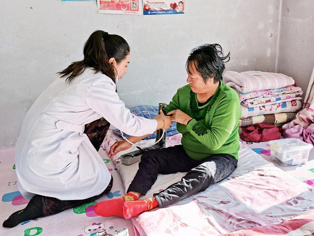 """我市乡镇的""""家庭医生""""到村里帮助卫生扶贫 第1张"""