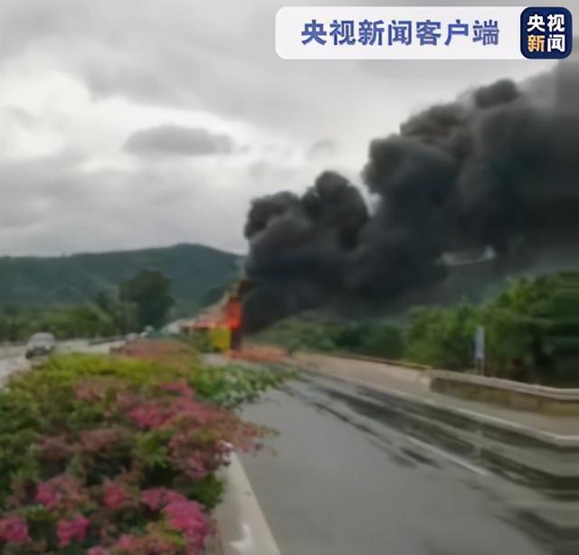 海南一辆公交车翻车起火,7人受伤 第1张