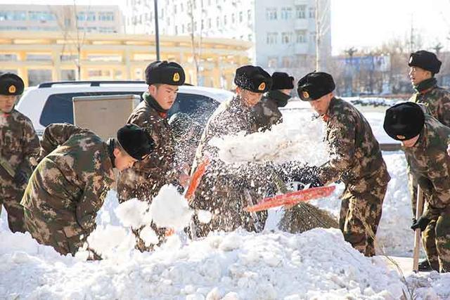 军民一起打冰雪!松原武警消防官兵奔赴前线扫雪。 第1张