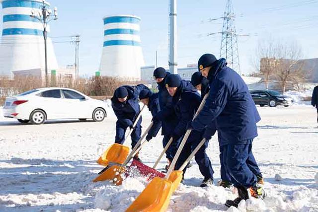 军民一起打冰雪!松原武警消防官兵奔赴前线扫雪。 第4张
