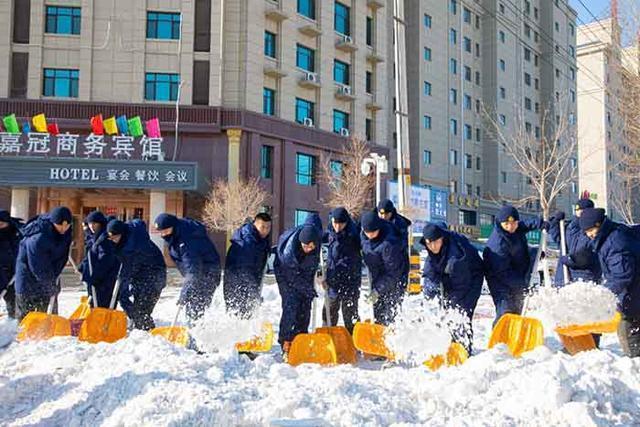 军民一起打冰雪!松原武警消防官兵奔赴前线扫雪。 第3张