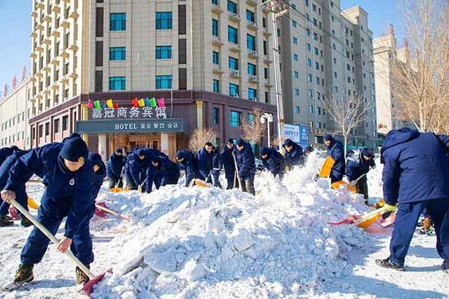 军民一起打冰雪!松原武警消防官兵奔赴前线扫雪。 第2张