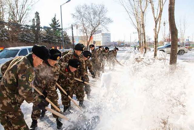 军民一起打冰雪!松原武警消防官兵奔赴前线扫雪。 第5张