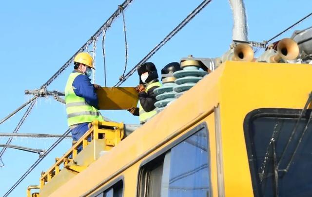 轨道交通3、4、8号线清冰工作继续进行。 第2张