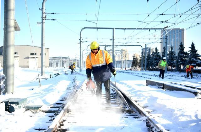 轨道交通3、4、8号线清冰工作继续进行。 第9张