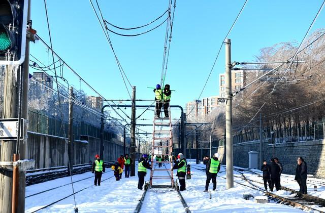 轨道交通3、4、8号线清冰工作继续进行。 第12张