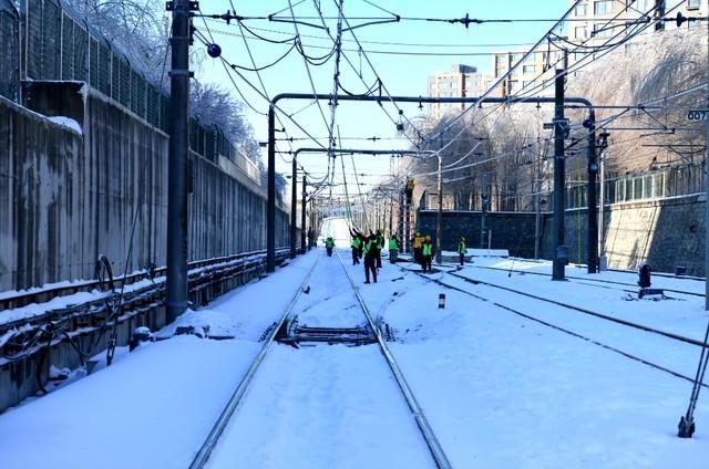 轨道交通3、4、8号线清冰工作继续进行。 第13张