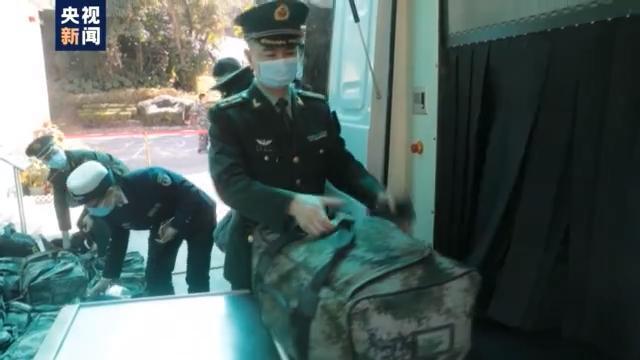 成功完成香港防卫任务,200多名驻港部队陆海空军官轮流离港。 第4张