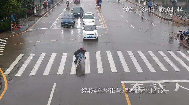 下雨天老人蹒跚过马路,这个年轻人的举动很温暖。 第1张