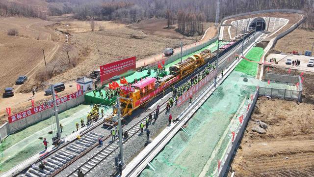 敦白高速铁路铺设全线贯通!平均每8小时铺设2公里以上。 第2张