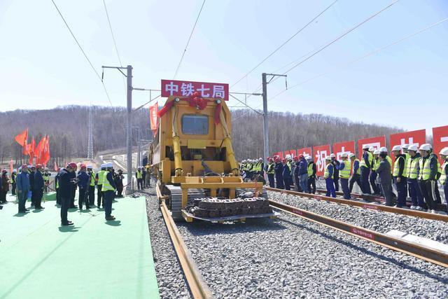 敦白高速铁路铺设全线贯通!平均每8小时铺设2公里以上。 第3张